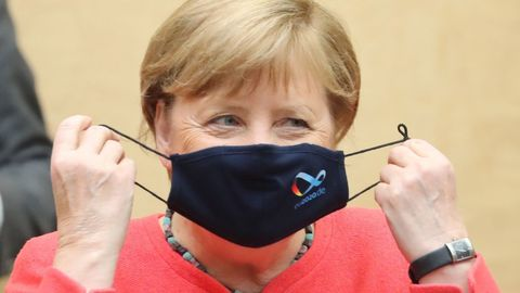Merkel se pone la mascarilla al iniciar este viernes su intervención en la Cámara Alta alemana