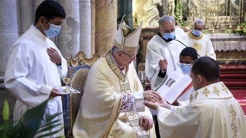 Una vez revestidos ya con las vestimentas del sacerdote, sus manos son ungidas con el Santo Crisma