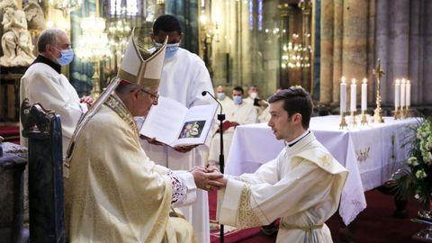 La ceremonia debe ser presidida por el obispo