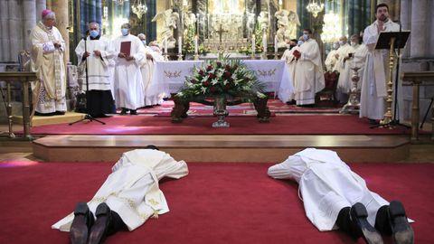 Los candidatos se postran en el suelo en señal de humildad y de súplica.