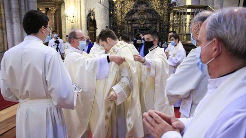 Los nuevos sacerdotes reciben la casulla y la estola típicas de la vestimenta eclesiástica.