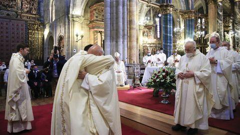 Como muestra de acogida en el presbiterio, el obispo y el resto de concelebrantes dan un abrazo a los nuevos sacerdotes