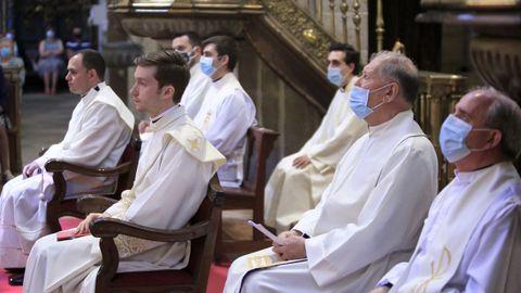 Carlos Jesús Sánchez, a la izquierda, y Alejandro Asorey fueron ordenados sacerdotes en una ceremonia celebrada en la Catedral y presidida por el obispo, Alfonso Carrasco Rouco.
