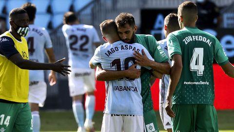 Borja Iglesias, abrazando a Aspas tras un Celta-Betis