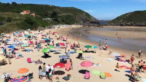 La playa de Borizu (Llanes), el domingo pasado a media mañana, cuando la afluencia aún no es máxima