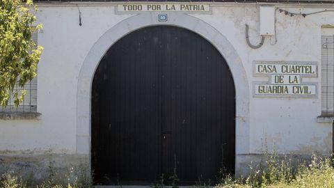 Puerta de acceso al cuartel de A Pobra do Brollón, que leva unos cinco años abandonado