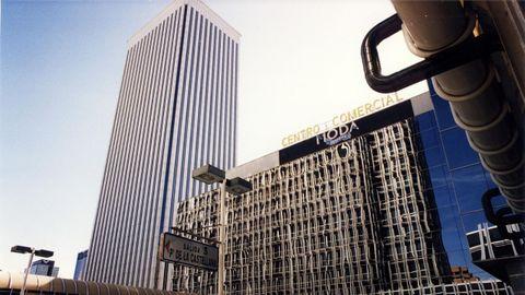 Al fondo a la izquierda, la Torre Picasso, edificio que Pontegadea compró a FCC en el 2011 por 400 millones de euros.