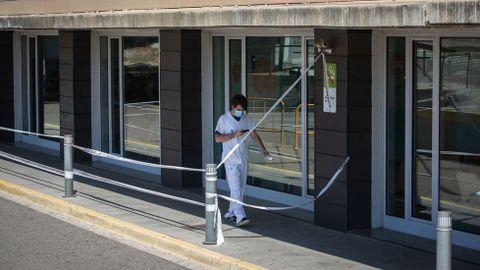 Un sanitario en el hospital de Lleida