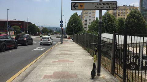 Patinete de la empresa Buny, anclado de manera irregular en Lugo