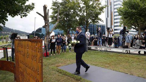 El presidente del Principado de Asturias, Adrián Barbón, durante el acto en homenaje a las víctimas del coronavirus celebrado hoy viernes en las inmediaciones del Hospital Universitario Central de Asturias (HUCA).
