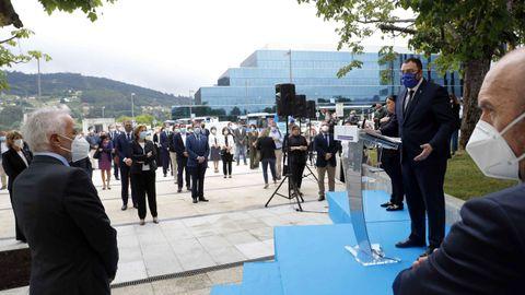 Minuto de silencio durante el acto en homenaje a las víctimas del coronavirus celebrado hoy viernes en las inmediaciones del Hospital Universitario Central de Asturias (HUCA)