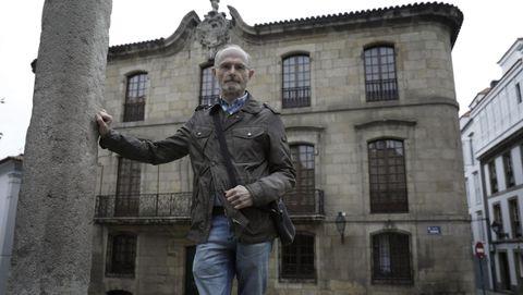 Vigo Trasancos, que en la imagen posa delante de la Casa Cornide, es experto en catalogación histórico artística