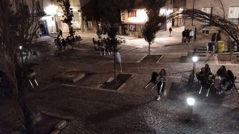 Los locales (en la imagen la plaza de San Marcial) se están adaptando con total normalidad al nuevo escenario marcado por el Concello. Y mientras se procede a retirar las terrazas los clientes apuran la velada