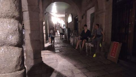 En la noche del viernes los establecimientos del entorno de la Praza do Trigo (en la imagen) y la de Los Suaves retiran las terrazas a las dos. La Policía Local recorre la zona