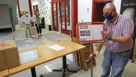 Preparativos de una instalación de una mesa electoral en el Torrente