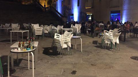 Nada más se cumplió la hora límite, los responsables de la terraza de la imagen, en la praza de San Martiño, informaron a los clientes de que tenían que retirar las mesas y sillas