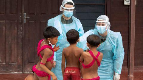 Dos medicos atienden a niños indígenas yanomamis