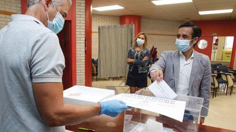 José Manuel Rey Varela, candidato del PP, deposita su voto en CC.OO.