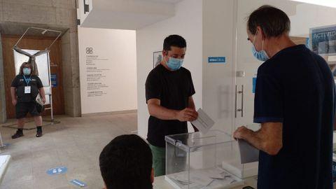 Ramón Fernández, candidato del BNG, votando en el Ateneo