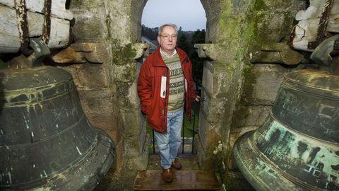 Julio López Allegue en una imagen tomada en el monumental campanario de la iglesia de Santa Mariña de Sillobre, entre las campanas a las que él tanto quería
