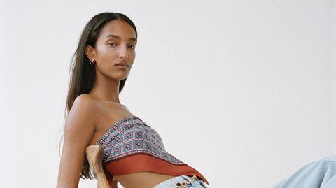 Uno de los looks de la nueva colección de Zara con pañuelo a modo de top