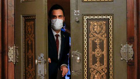 El presidente del Parlament, Roger Torrent, a su llegada a la declaración institucional que ha realizado sobre el espionaje al que fue sometido