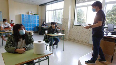 Imagen de archivo de las clases de preparación a la selectividad en el instituto Armando Cotarelo Valedor (Vilaxoán) con distancia de seguridad y mascarilla
