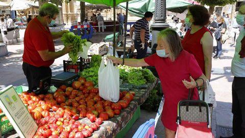 Dos mujeres compran fruta y verdura en el mercado de El Fontán en Oviedo