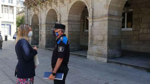 Lara Méndez junto al inspector de la Policía Local de Lugo, Jesus Piñeiro, frente al Concello