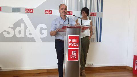 El secretario provincial del PSdeG en la provincia de Pontevedra, David Regades, y la coordinadora de campaña, Paula Fernández