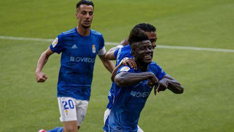 gol Obeng Barcenas Tejera Real Oviedo Racing Carlos Tartiere.Obeng celebra su tanto ante el Racing con Bárcenas y Tejera
