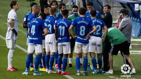 Los jugadores del Oviedo escuchan a Ziganda en una pausa de hidratación