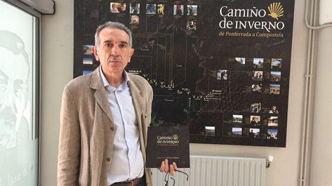 José Manuel Ortigueira diante dun paneis da exposición sobre o Camiño de Inverno