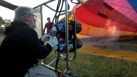 El personal de la empresa infla e globo antes de su salida