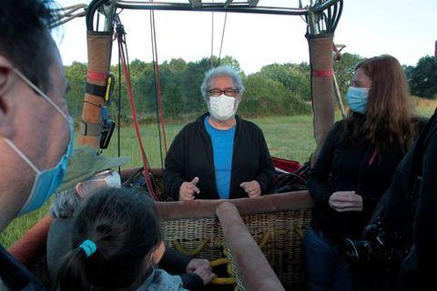 El piloto del globo, Javier Tarno, con algunos de los viajeros