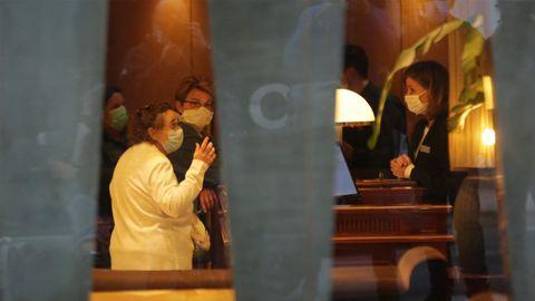 Médicos y personal del Hotel Finisterre, en A Coruña. Imagen de la noche de este lunes