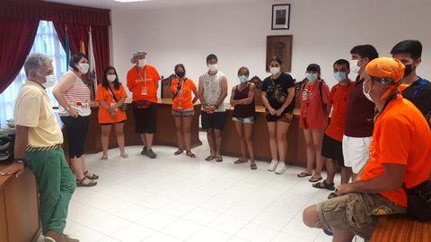 El alcalde y la concejala de Xuventude de Quiroga recibieron a los voluntarios en la casa consistorial