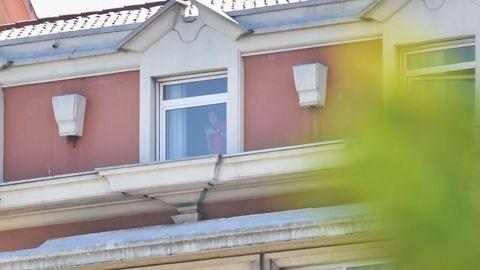 Un jugador del Fuenlabrada se asoma a la ventana del hotel