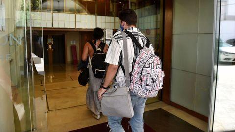 Movimiento en la entrada del hotel Finisterre, donde el Fuenlabrada permanece recluido