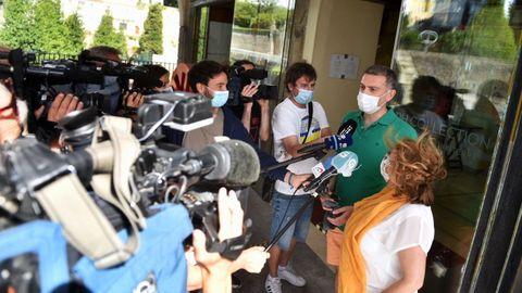 Clientes del Finisterre, atendiendo a los medios