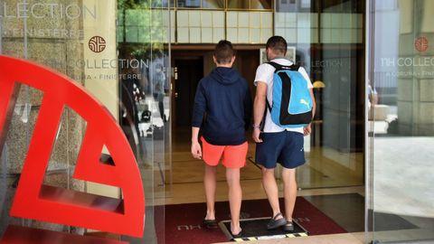 Dos clientes, entrando en el hotel Finisterre