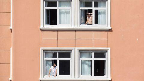 Imagen de esta mañana de jugadores del Fuenlabrada confinados en el Hotel NH Finisterre