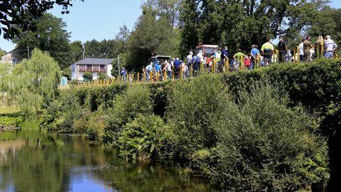Manifestación sobre el puente de Uriz entre los concellos de Begonte y Outeiro de Rei