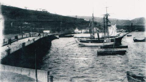 O porto de Viveiro, a primeiros do século XX, cando os barcos chegaban á ponte da Misericordia