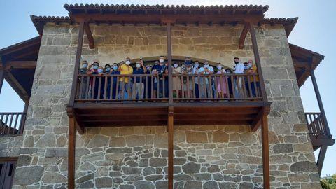 Los participantes en el recorrido durante una visita que realizaron a las instalaciones de la bodega Vía Romana en Chantada