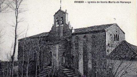 Un postal de principios del siglo XX que muestra, a la derecha, el «adosado», sí como una escalinata frontal y un campanario añadidos a Santa María del Naranco, Oviedo