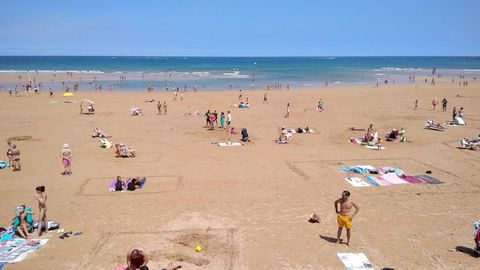 Playa de San Lorenzo Gijon.Parcelas dibujadas sobre la arena de la playa de San Lorenzo