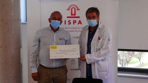 José Emilio García hace entrega a Santiago Melón de los fondos donados por ASCOL