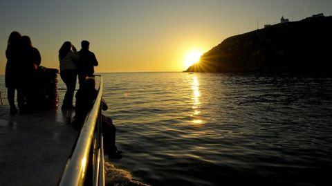 La puesta en Fisterra también puede admirarse desde el mar