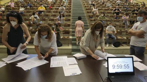Imagen de la pasada selectividad en Santiago, con las profesoras contando los exámenes para repartirlos por el aula